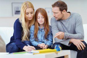 Eltern und Kind reden zusammen