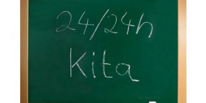 24-Stunden-Kita auf eine Tafel geschrieben