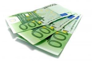 drei einhundert euro scheine