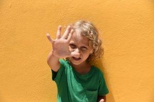 ein 5 jahre altes kind zeigt die finger einer hand