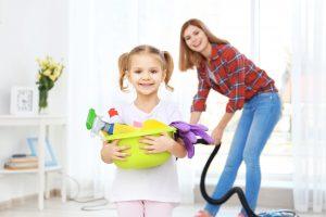 Mutter und Mädchen spielen Aufräumspiele