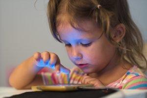 Kind spielt mit Smartphone