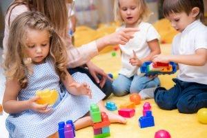 Kinder mit Erzieherin