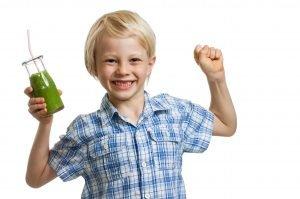 froehlicher junger mit einem gruenen saft