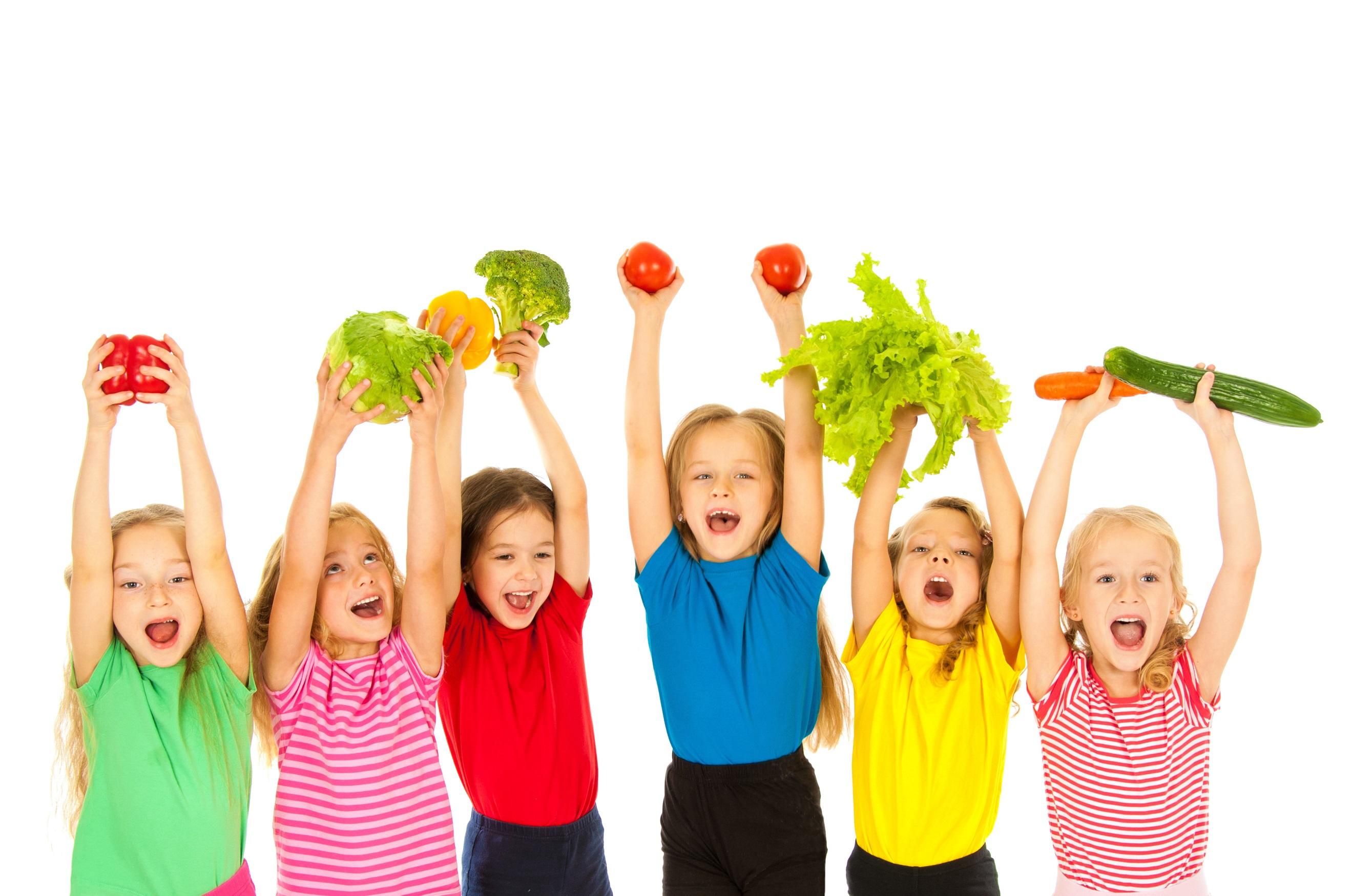 froehliche kinder mit obst