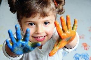 Kind spielt mit Farben