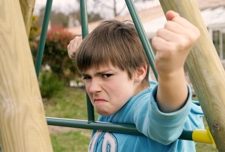 Aggressiver Junge auf Spielplatz