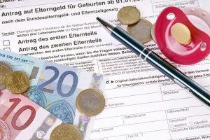 Antrag auf Elterngeld daneben Geld und Schnuller