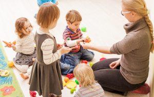 Praktikant im Kindergarten