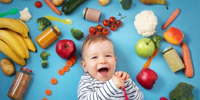 Baby umgeben mit Obst und Gemüse