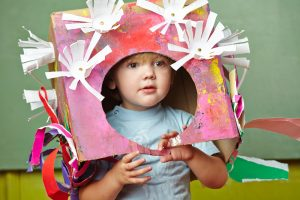 Unterschiedliches Bastelzubehör förder die Kreativität der Kleinen.