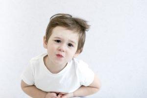Blasses Kind hat Bauchschmerzen