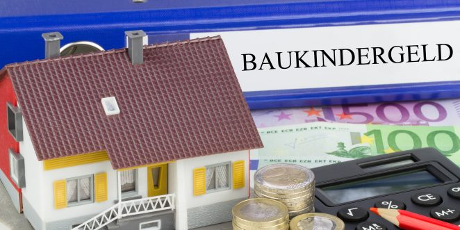 Ordner baukindergeld, Miniatur Haus, Taschenrechner und Geld