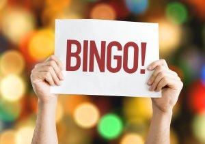 Hände halten Bingo Schild hoch