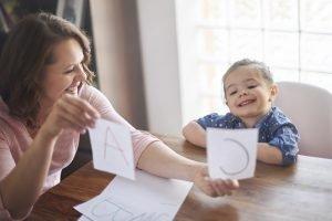 Mutter lernt mit ihrer Tochter Buchstaben