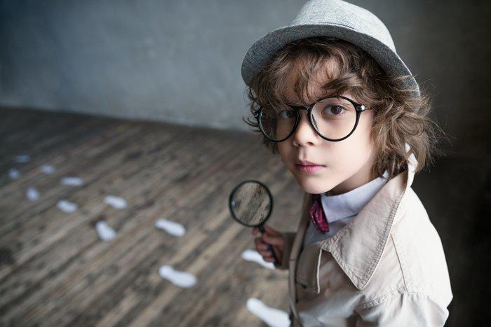 Junge spielt Detektiv