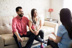 Eltern besprechen Themen mit Erzieherin