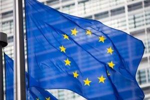 EU Flagge vor einem hohen Gebäude