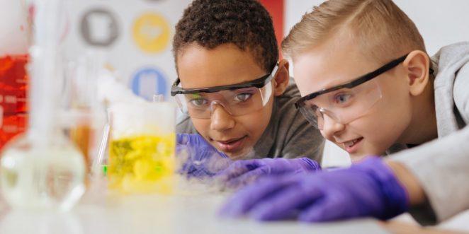 Kinder experimentieren im Chemieunterricht