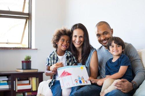 Familie mit verschiedenen Hautfarben lacht