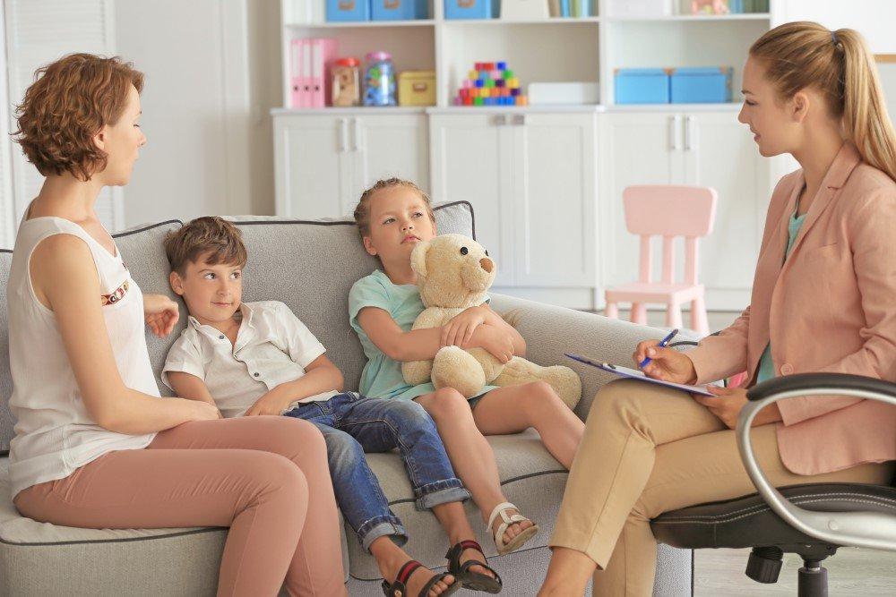 Familie bei einer Psychologin