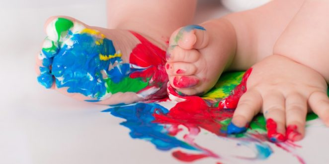 Baby spielt mit Fingerfarben