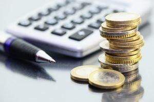 Geld mit Taschenrechner und Stift