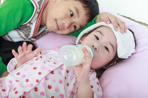 Bruder umsorgt kranke Schwester