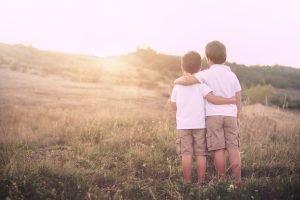 Zwei Kinder Arm in Arm
