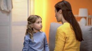 kleines Mädchen hört Frau aufmerksam zu