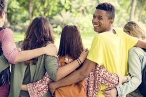 junge freunde spazieren gemeinsam