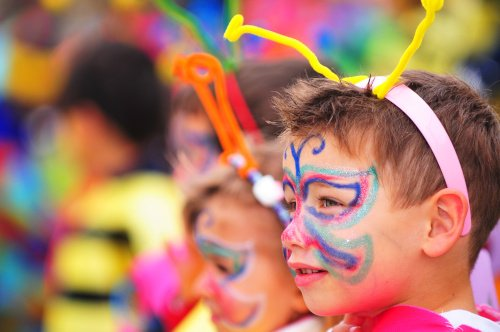 Junge verkleidet beim Karneval