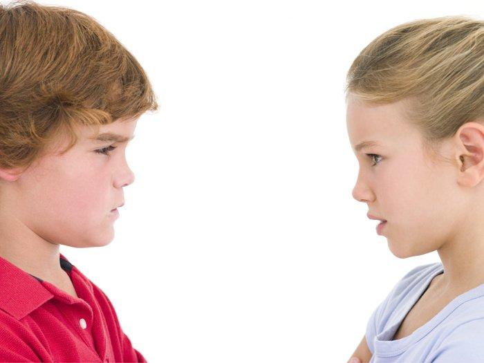 Junge und Mädchen im Profil