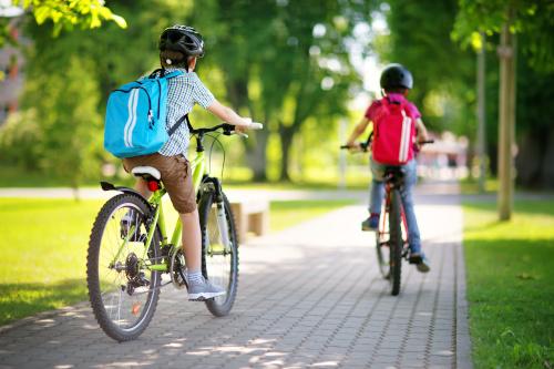 Jungen fahren Fahrrad