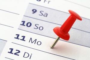 Kalender mit Pinnnadel am Montag
