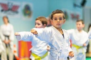 kleiner Junge trainiert Karate mit Freunden