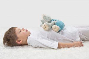 Entspannungsspiele helfen Eltern, Entspannungsübungen für Kinder durchzuführen.