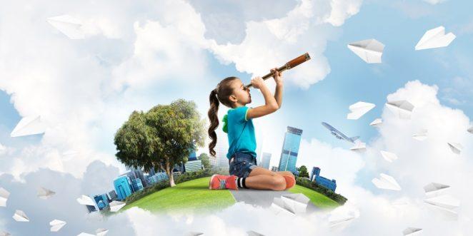Kind schaut mit Fernrohr in den Himmel