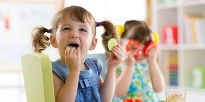 Kind isst Gurke