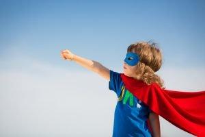 Junge im Superhelden-Kostüm