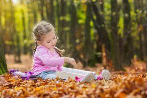 Bild vom Erzieher und Kind im Wald