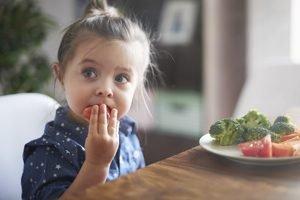 kleines Kind isst Rohkost