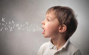 Junge mit Buchstaben