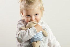 Kleinkind drückt Kuscheltier an sich
