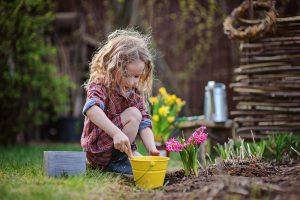 Kind beim gärtnern