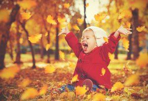 Kind im Herbstlaub