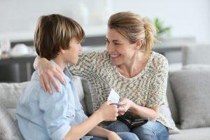 Junge erhält Belohnung von Mutter