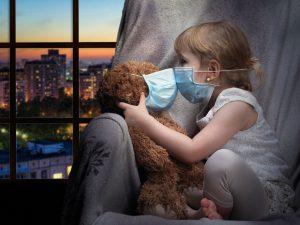 Kind mit Teddy und OP Maske
