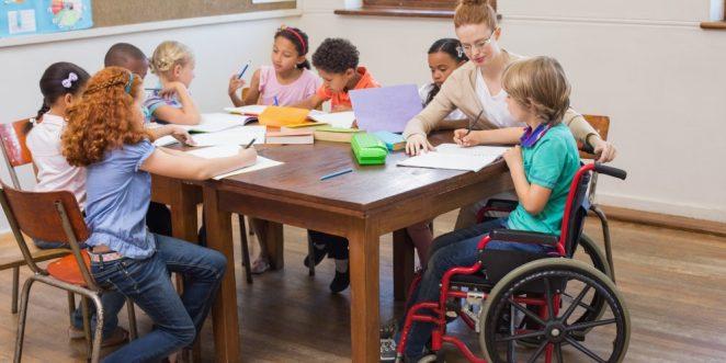 Kind mit Rollstuhl im Kindergarten