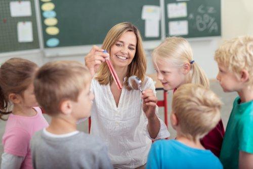 Kinder machen Wissenschaftsprojekt mit Lehrerin